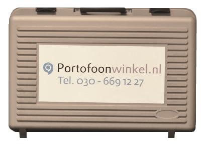 Koffer met verhuurportofoons van Portofoonwinkel en KommaGo